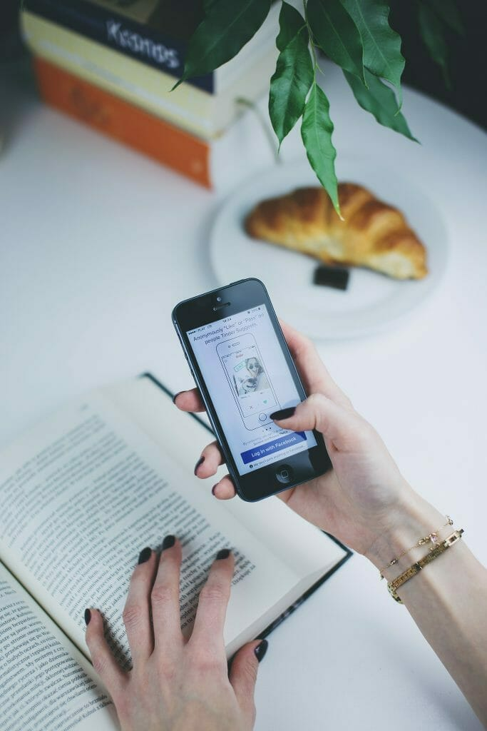 holding-smartphone-to-read-book