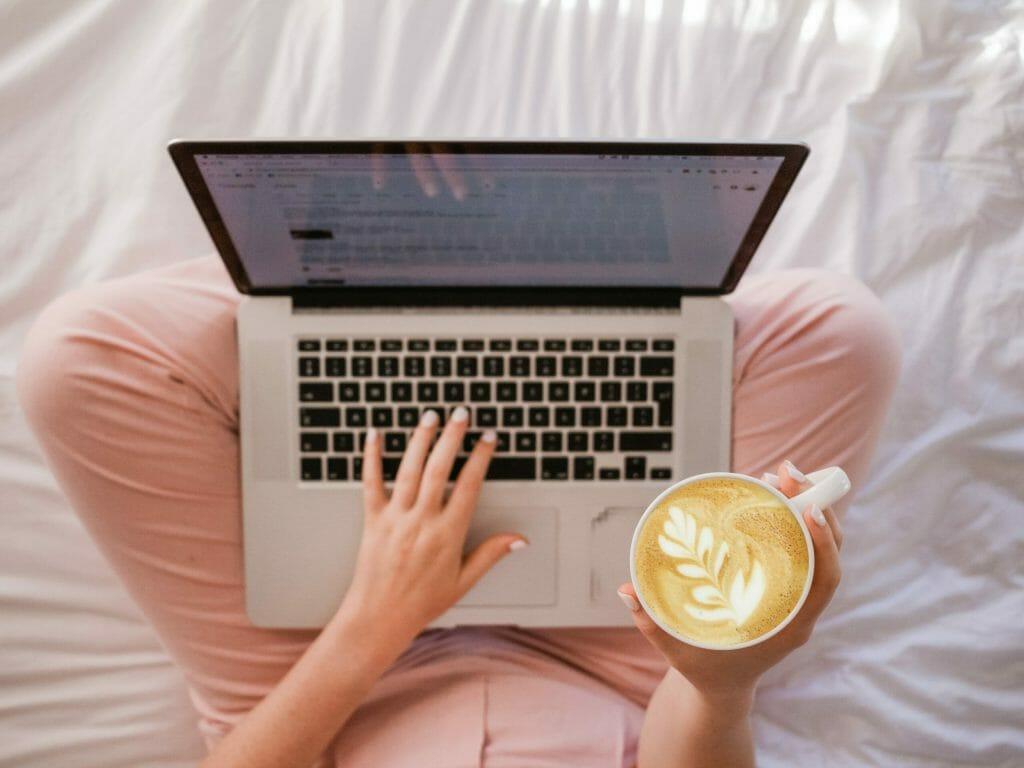 starting-money-making-blog-from-laptop